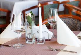 Stolik w restauracji nad morzem